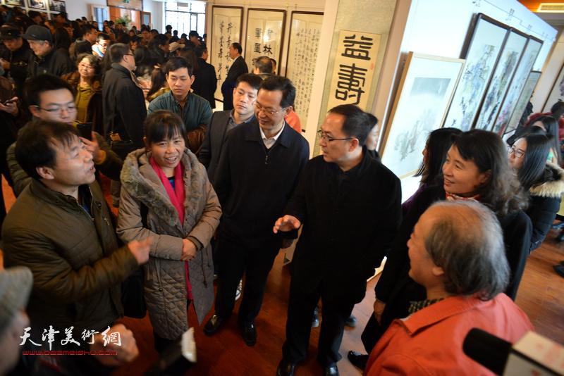 万镜明、游庆波、张劲、王书平与农民画家在现场交流。