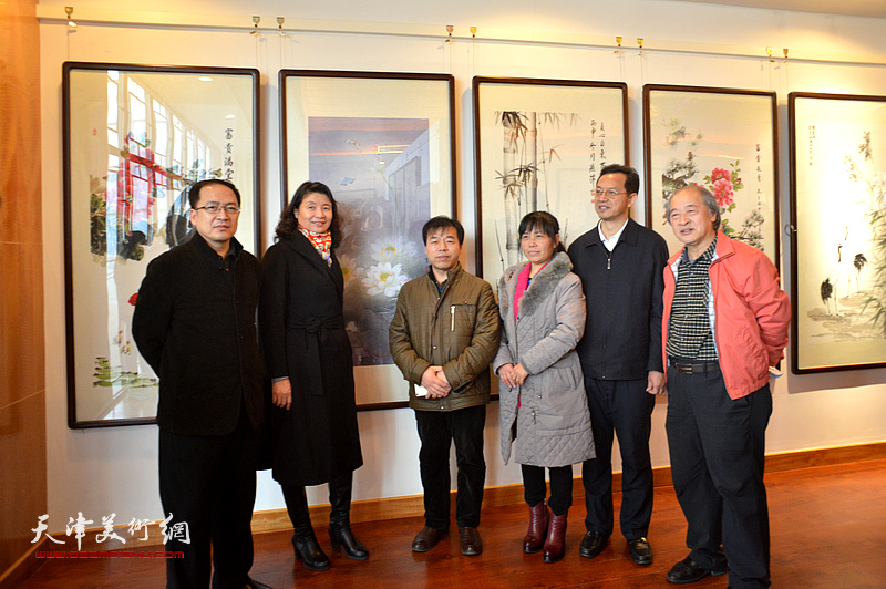万镜明、游庆波、张劲、王书平等与农民画家在画展现场。