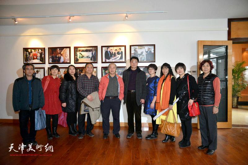 王书平、陈子文、高天武等与农民画家在画展现场。