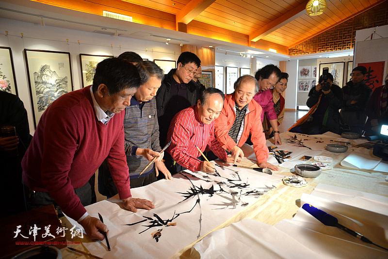 王书平与农民学员进行交流。