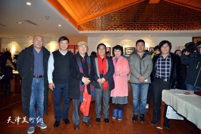 何东、李耀春、孙瑜、高学年、皮志刚、周连起在画展现场。