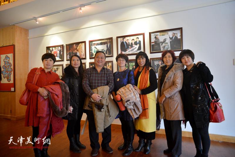 陈子文与农民画家在画展现场。