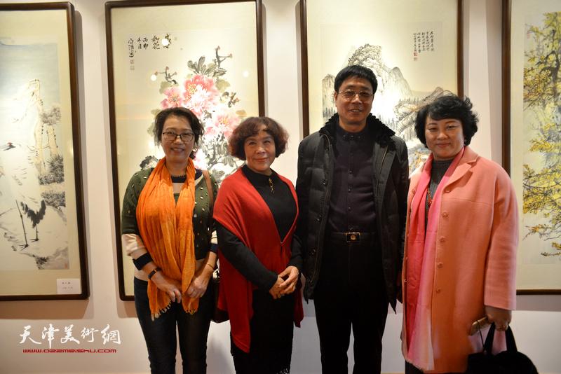 孙瑜、高天武、史玉、郭文莱在画展现场。