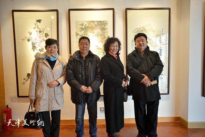 河西美协画家王志毅、单国钧、孙亮、张玉兰在画展现场。