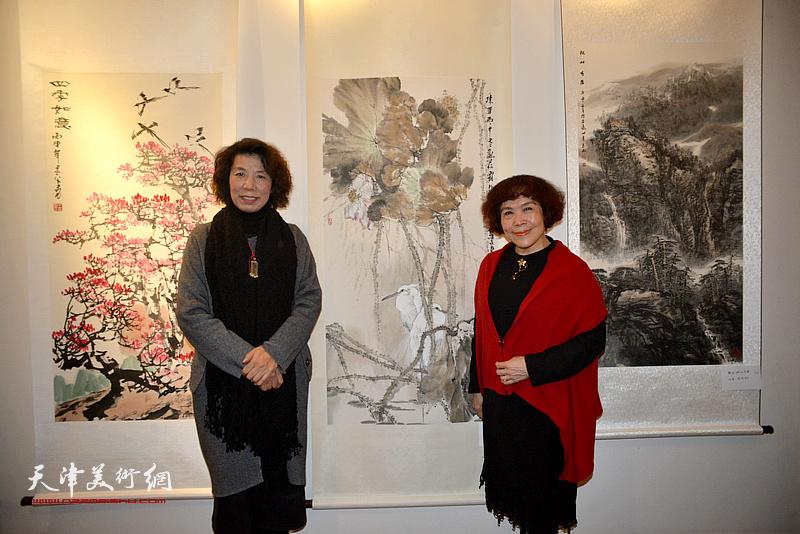 史玉、吕爱茹在画展现场。