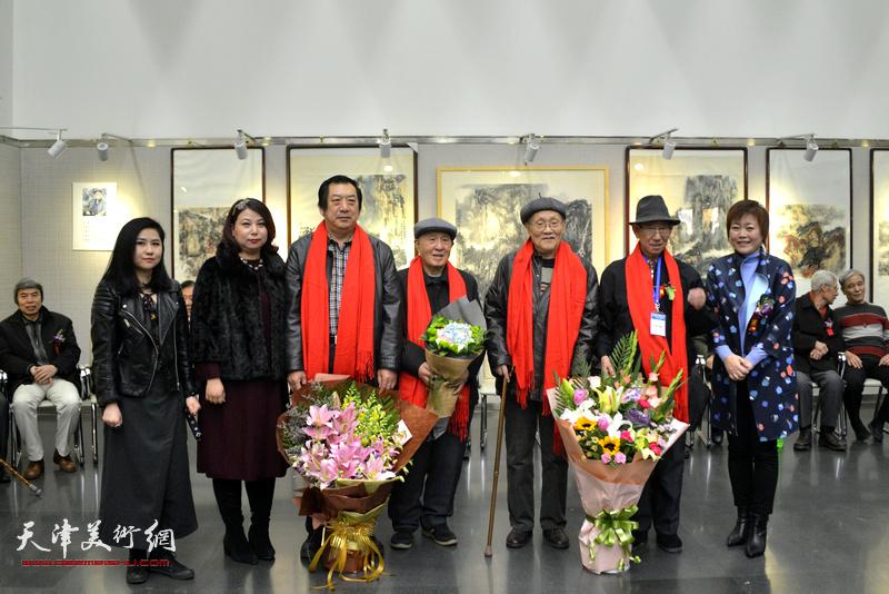 """李澜、王霞、张丽向""""津门四孙""""敬献鲜花。"""