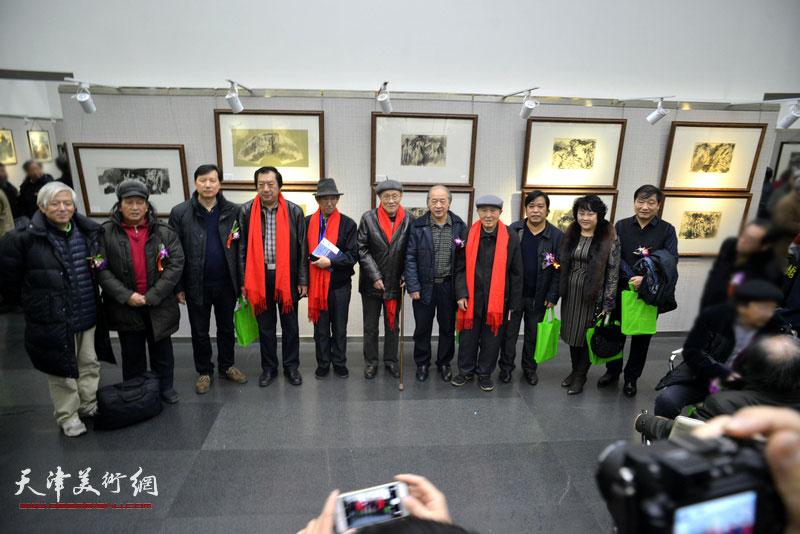 左起:路福林、高月冬、张福友、孙玉河、孙芳、孙长康、王书平、孙贵璞、李耀春、孙瑜、皮志刚在画展现场。
