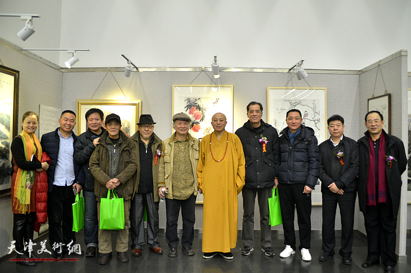 左起:王昕、李志民、于振豹、李铁良、刘凤棋、李风雨、智如法师、张志连、王子豪、张养峰、卞昭宏在画展现场。