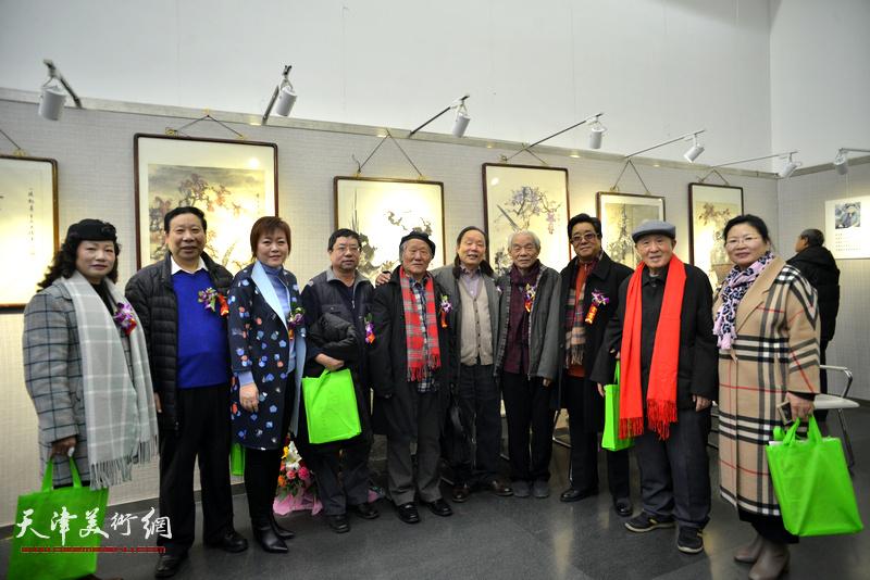 左起:王霭馨、杨利民、李澜、辛孝申、姬俊尧、向中林、纪振民、曲学真、孙贵璞、张芝琴在画展现场。