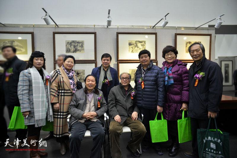 郭书仁、向中林、王惠民、李根友、王俊英、王佩翔、张芝琴、王霭馨在画展现场。
