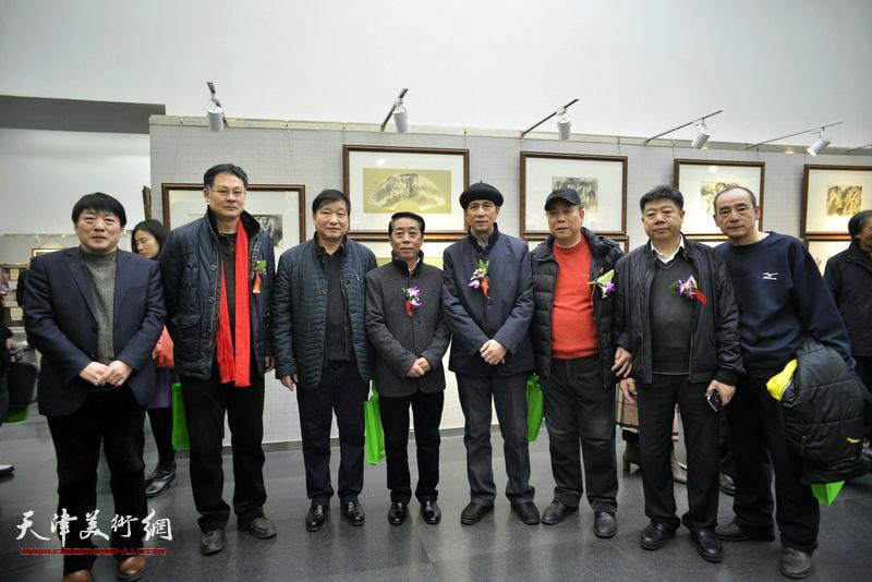 左起:高原春、潘津生、皮志刚、郑永盛、张寿庠、郭凤祥、张养峰、陈世建在画展现场。