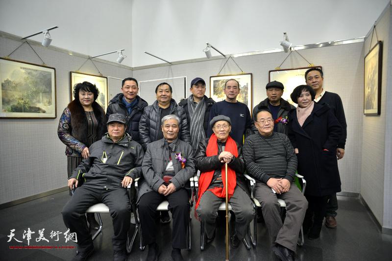 孙长康、数据库、马志明、孙越、、孙瑜、王景奎、王子豪等在画展现场。