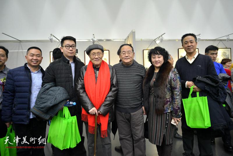 孙长康、孙季康、孙瑜、王景奎、李志民在画展现场。