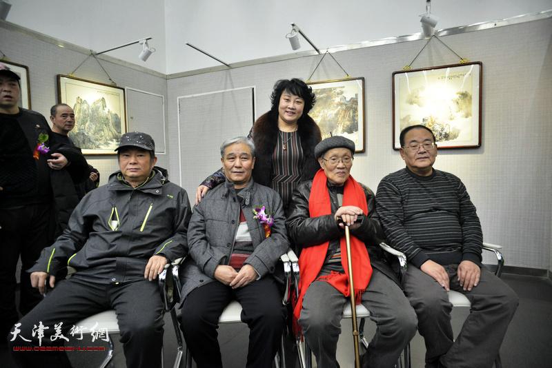 孙长康、孙季康、马志明、孙越、孙瑜在画展现场。
