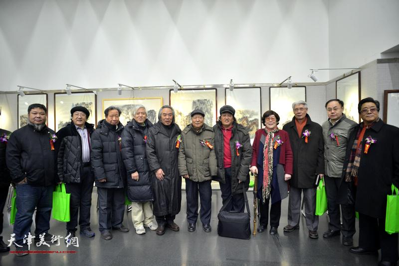 左起:张法东、王之海、曹春生、路福林、霍春阳、焦俊华、高月冬、杨德树、李新禹、曲学真在画展现场。