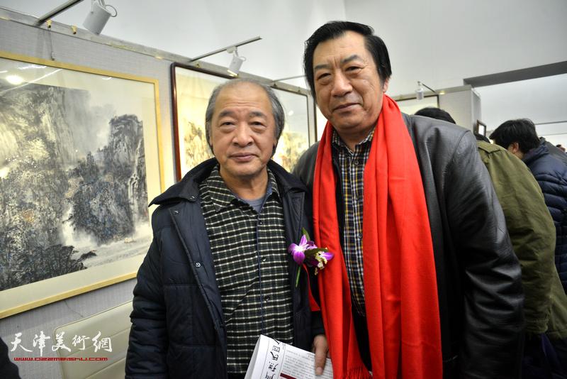 王书平、孙玉河在画展现场。