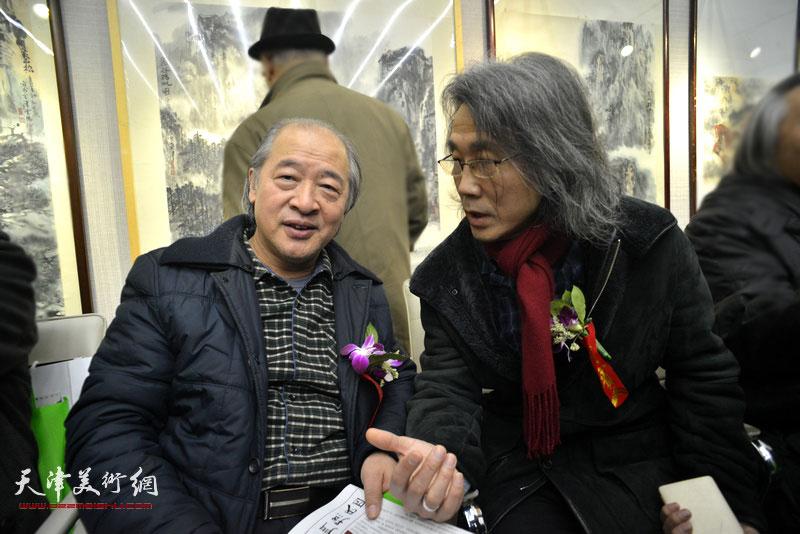 王书平、赵均在画展现场。