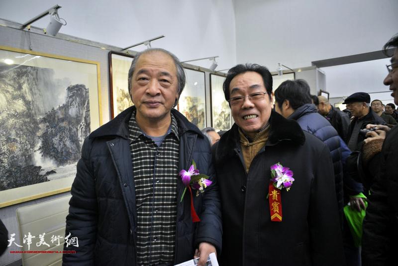 王书平、尉迟纪平在画展现场。