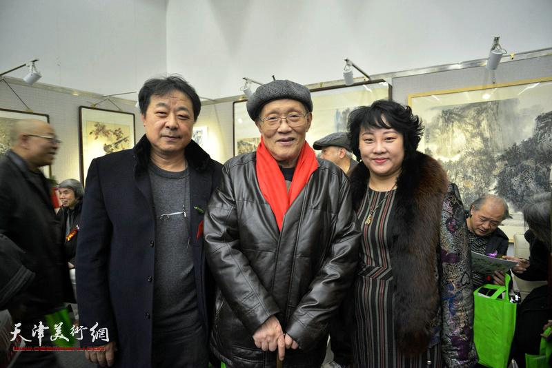 孙长康、左锡云、孙瑜在画展现场。