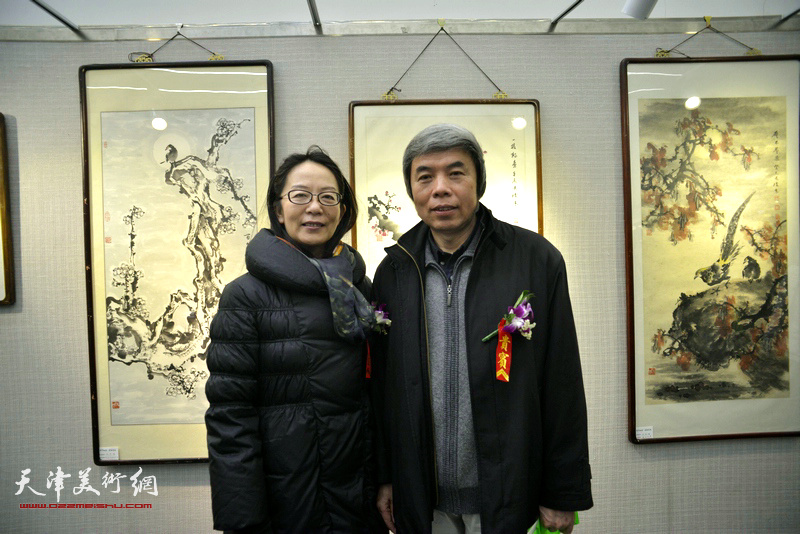 孙敬忠、卢永琇在画展现场。