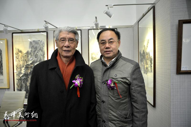 杨德树、李新禹在画展现场。