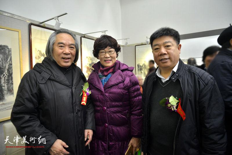 霍春阳、王俊英、张养峰在画展现场。