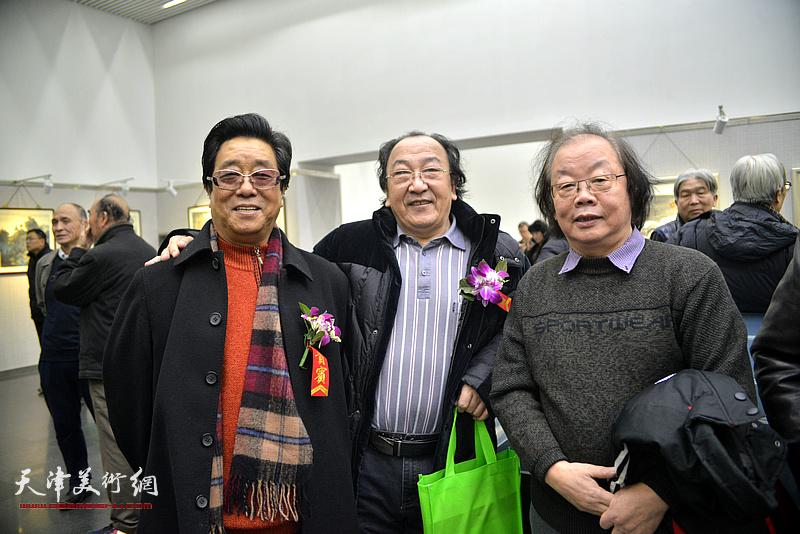 左起:曲学真、王之海、董振涛在画展现场。