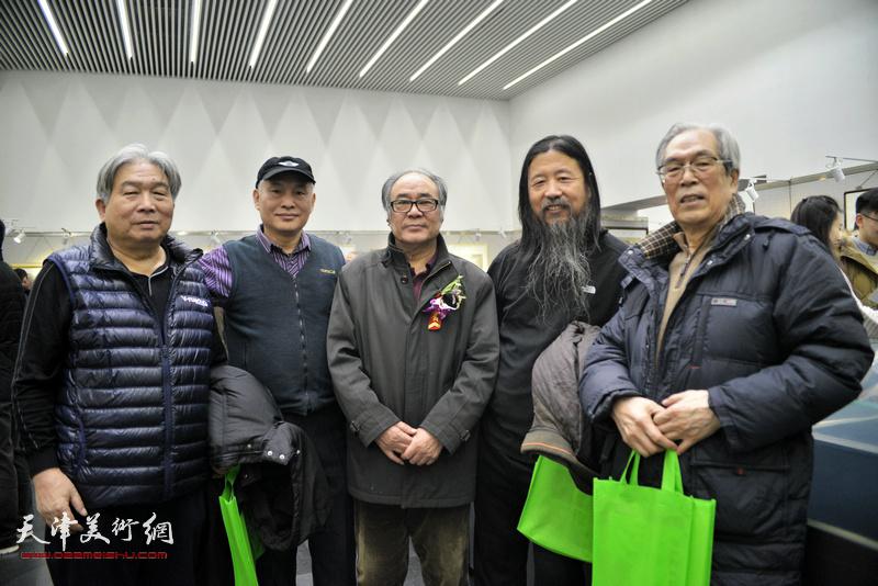 左起:韩三群、刘振江、郭书仁、梁旭华、黄枕石在画展现场。