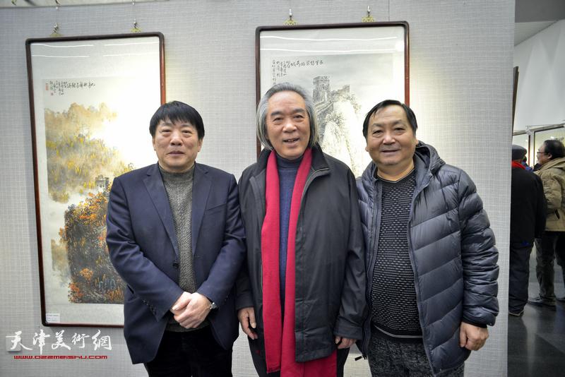 霍春阳、王秀琪、高原春在画展现场。