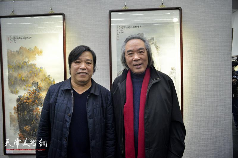 霍春阳、李耀春在画展现场。