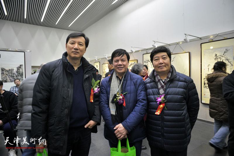 张福有、王惠民、李根友在画展现场。