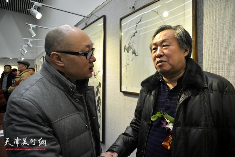刘国胜、孙岩在画展现场。