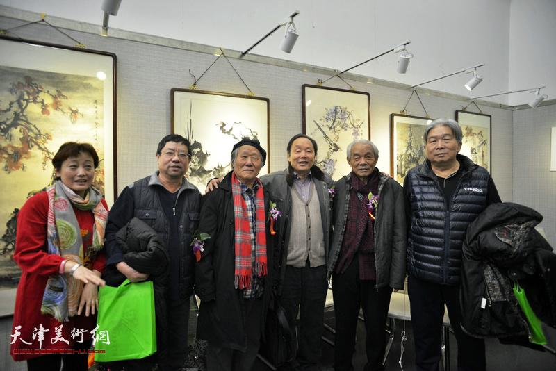 左起:轩维怡、辛孝申、姬俊尧、向中林、纪振民、韩三群在画展现场。