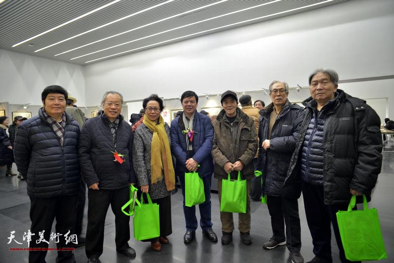 左起:王惠民、王金厚、崔燕萍、李根友、李铁良、黄枕石、韩三群在画展现场。