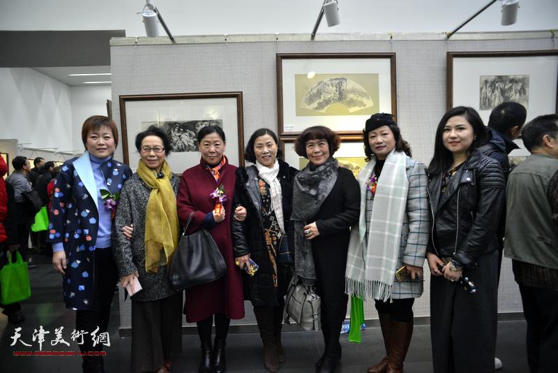 左起:李澜、崔燕萍、焦小黄、刘静华、史玉、王霭馨、王霞在画展现场。