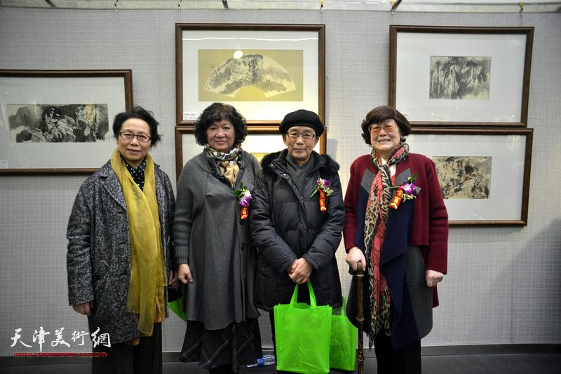 """津门女画家组合""""五彩贝""""之:崔燕萍、孟昭丽、肖慧珠及王雪溪在画展现场。"""