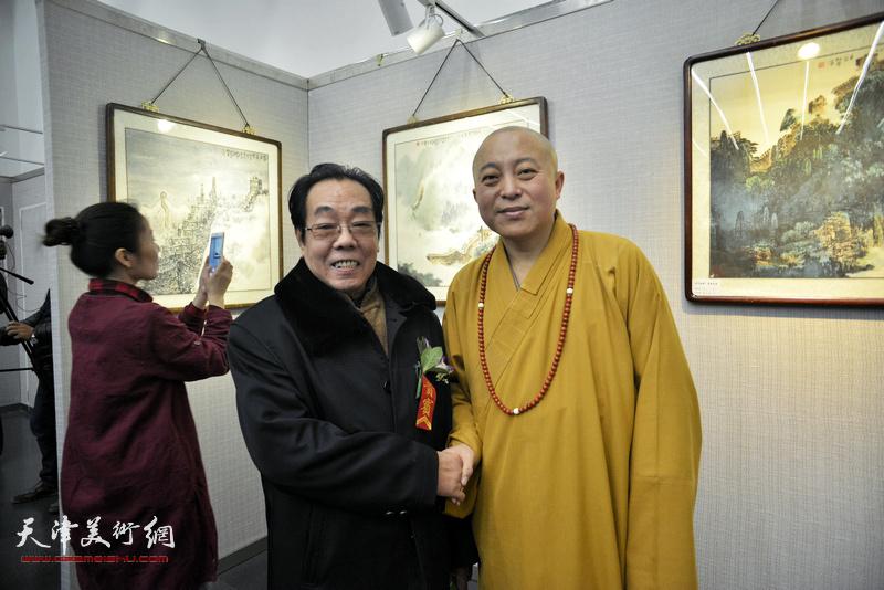 智如法师、尉迟纪平在画展现场。