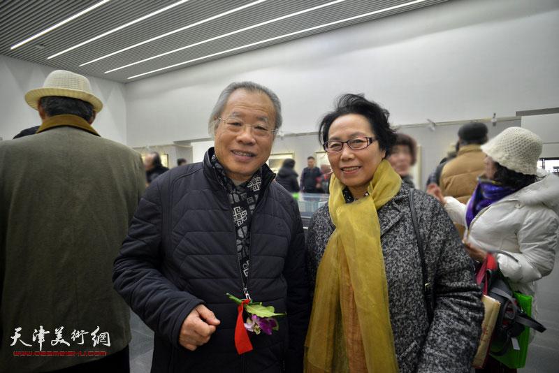 王金厚、崔燕萍在画展现场。