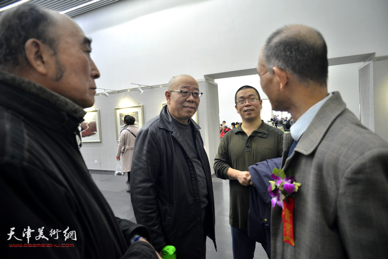 马俊卿在画展现场与嘉宾交流。