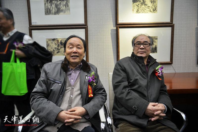 郭书仁、向中林在画展现场。