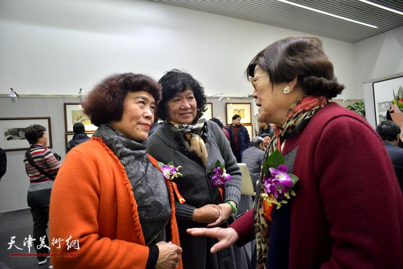 孟昭丽、史玉、王雪溪在画展现场交流。
