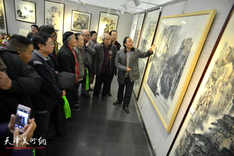 纪振民、向中林、孙岩等观赏展出的画作。