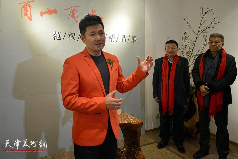 书法家、天津电视台著名节目主持人朱懿主持画展开幕仪式。