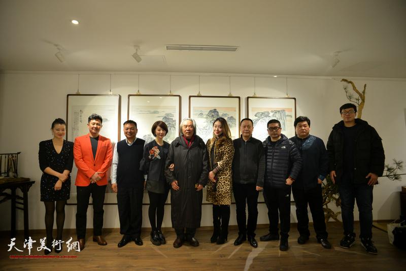 霍春阳、范权、朱懿、赵长生、姜立志、谷乐、熊倩等在画展现场。