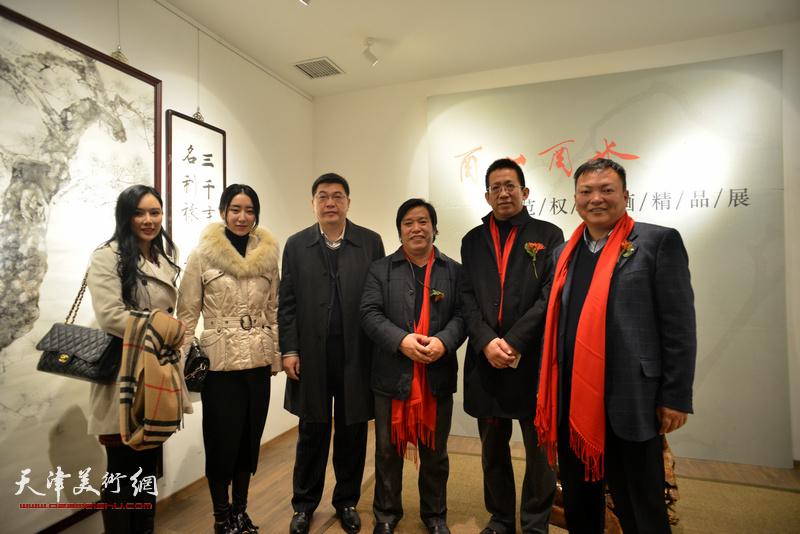 李毅峰、李耀春、范权等在画展现场。