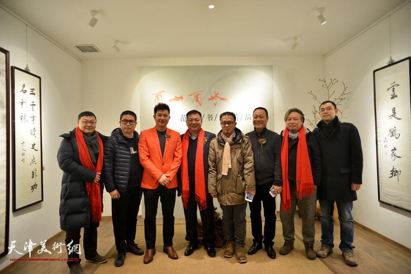范权、朱懿、姜立志、赵长生、乔瑞民等在画展现场。