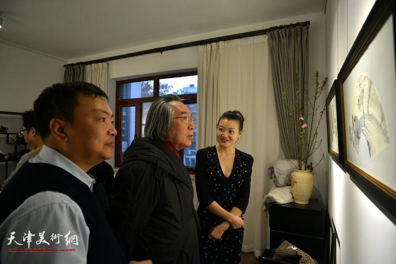 霍春阳、范权、熊倩在观赏展出的作品。