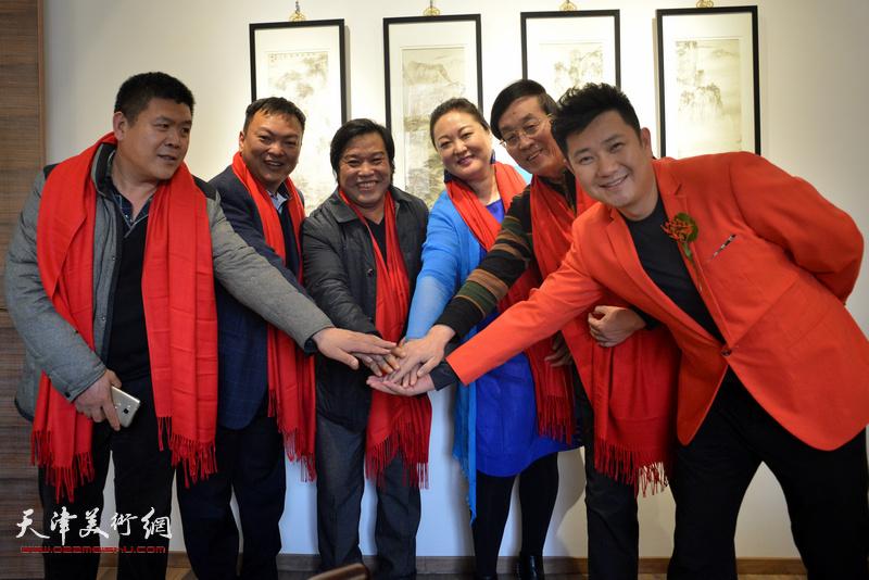 李耀春、杜仲华、范权、朱懿、赵星、周连起祝贺画展圆满成功。