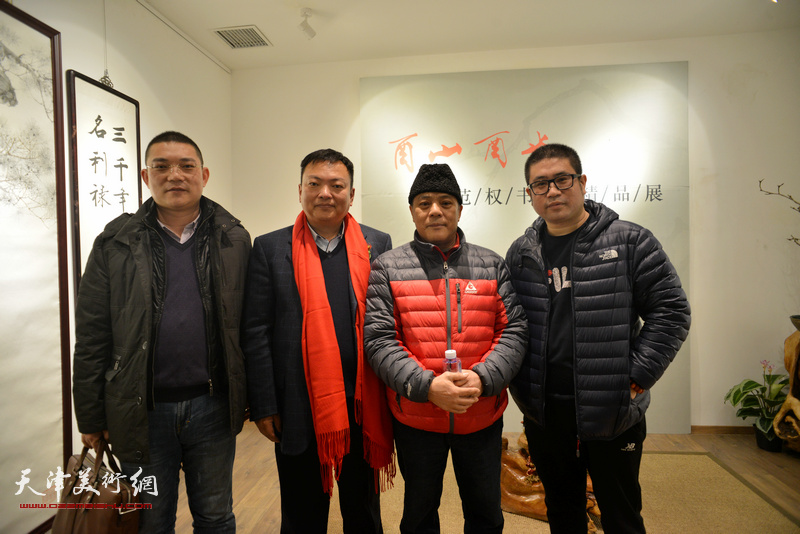 赵松涛先生之子赵洪生与范权、姜立志、潘强在画展现场。