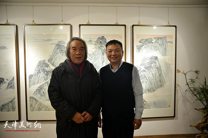 霍春阳、范权在画展现场。